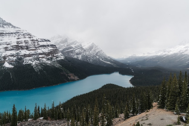 山岳風景に囲まれた澄んだ凍った湖のハイアングルショット
