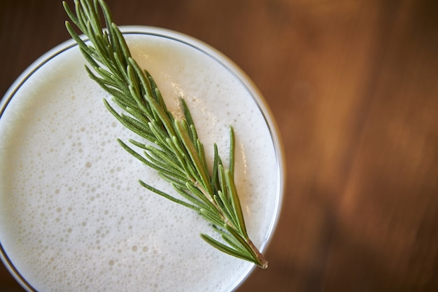 Снимок восхитительного освежающего алкогольного коктейля под высоким углом