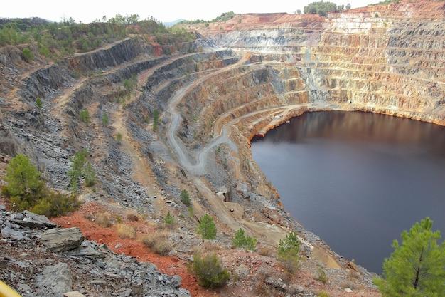 採石場の湖のハイアングルショット