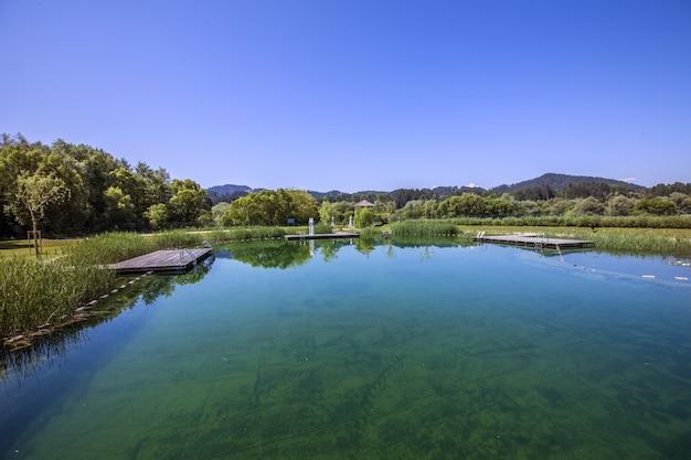 スロベニアの田舎の湖のハイアングルショット