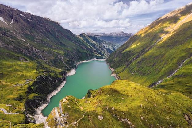 曇りの日に撮影された山の湖のハイアングルショット