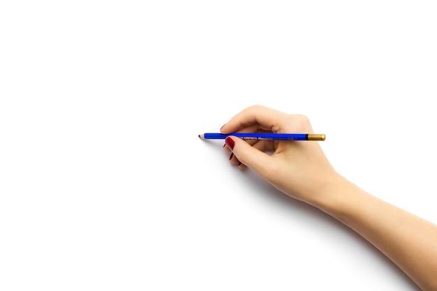 파란 연필로 흰 종이에 그리는 사람의 높은 각도 샷