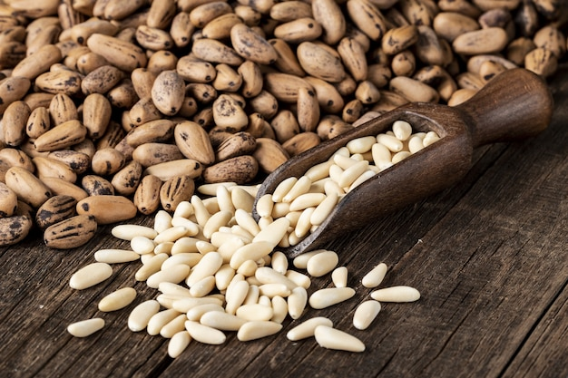 木の表面に白インゲン豆と他の種類の豆の山のハイアングルショット