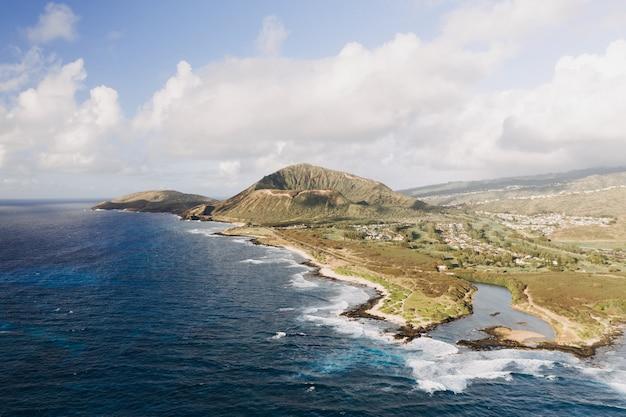 Снимок берега моря с голубым небом под высоким углом