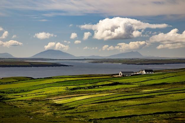 アイルランドのメイヨー州のバリーキャッスル近くの海の隣の谷のハイアングルショット