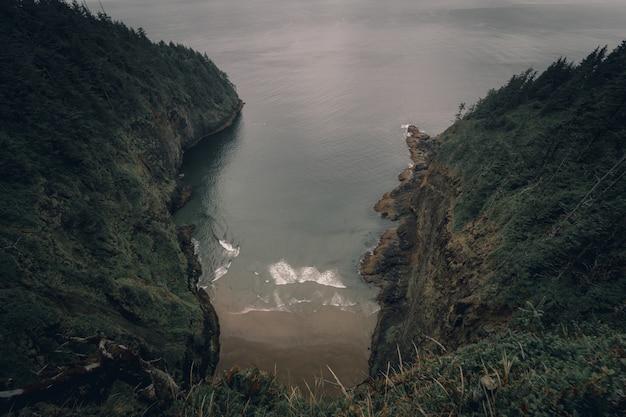 急な緑の丘の間にある水路のハイアングルショット