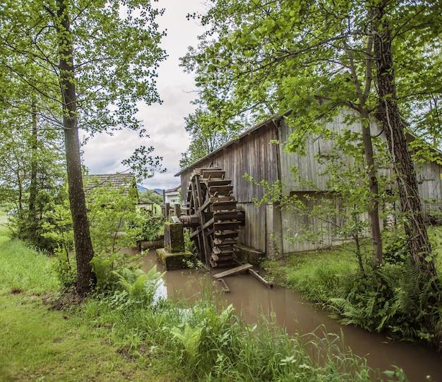 スロベニアの田舎の古い建物水車のハイアングルショット