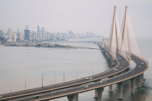 안개로 둘러싸인 뭄바이의 bandra worli sealink의 높은 각도 샷