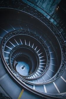 バチカンの美術館の黒い螺旋階段のハイアングルショット