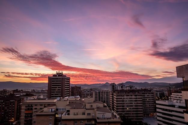 스페인 팜플로나에서 일몰 동안 건물과 흐린 하늘의 높은 각도 샷