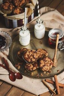 はちみつとミルクのプレートにおいしいクリスマスクッキーマフィンのハイアングルショット