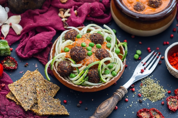 Съемка вкусных овощных фрикаделек со сливочным соусом под высоким углом