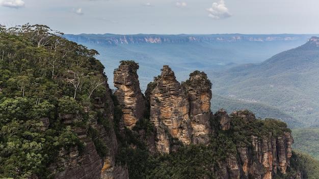 Высокий угол обзора лесистой горы под облачным небом