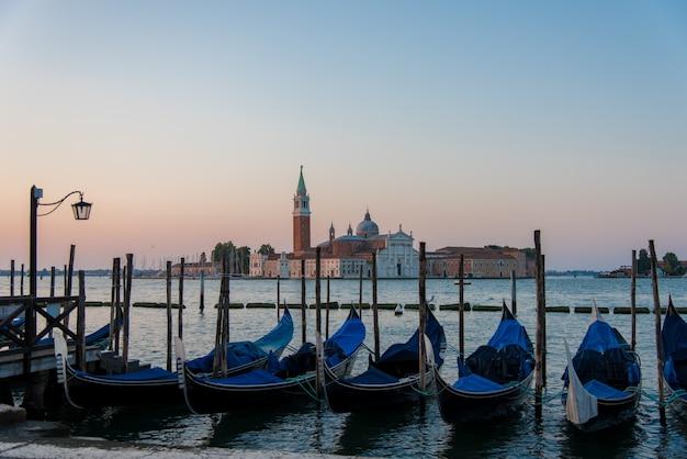 Высокий угол снимка гондол, припаркованных в канале в венеции, италия