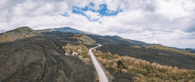Снимок холмов под высоким углом в пасмурный день