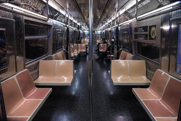 Снимок людей в поезде в ночное время с высоким углом