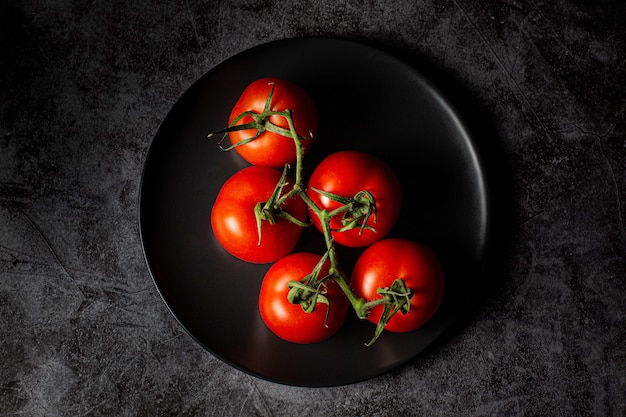 青いプレート上の赤いトマトのハイアングルショット