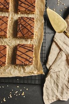 초콜릿 글레이즈와 함께 얇게 썬 맛있는 너트 케이크의 높은 각도 샷