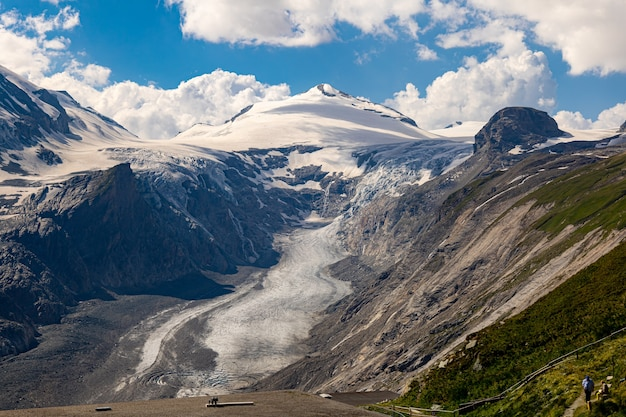 曇りの日の雪山のハイアングルショット