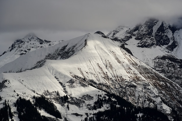 흐린 하늘 아래 고산 산맥의 높은 각도 샷