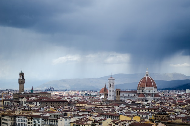 Высокий угол выстрела прекрасного города флоренции под чистым небом