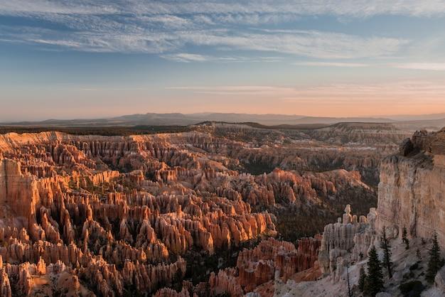 Съемка под большим углом захватывающего вида на брайс-каньон, сша - кажется кусочком рая