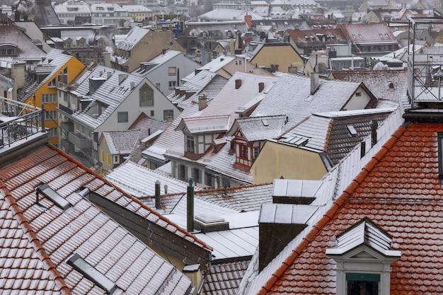 屋根に雪が降る冬のスイス、ザンクトガレンの街並みのハイアングルショット