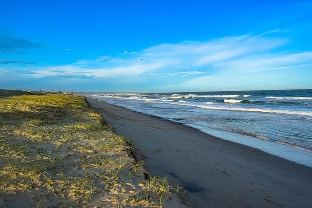 Снимок побережья моря с высоким углом в дневное время