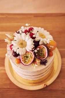 茶色のテーブルの上のおいしい装飾的なケーキのハイアングルショット