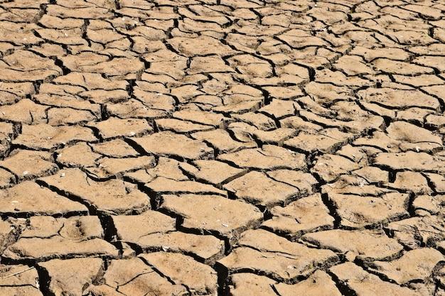 Снимок высохшей и потрескавшейся грязной земли под высоким углом