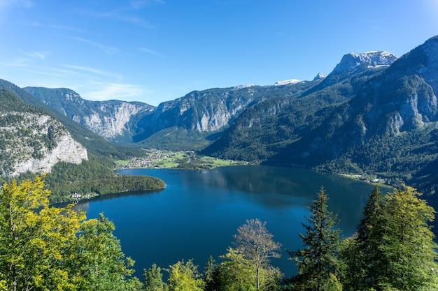 オーストリアの高いロッキー山脈に囲まれたハルシュタット湖のハイアングルショット