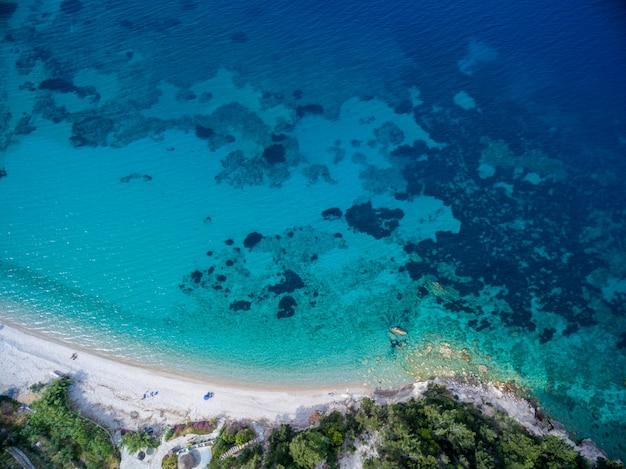 サモス島、ギリシャの青のさまざまな色合いで海のハイアングルショット