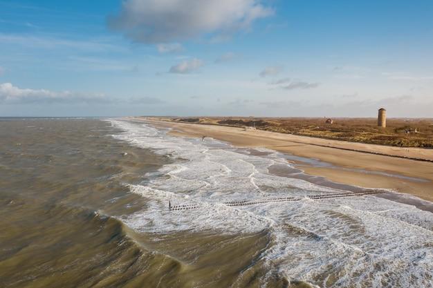 Снимок моря с высоким углом в домбурге, нидерланды