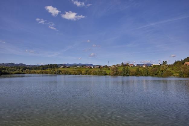 スロベニア、サビンジャ地方、ツェリェ市、smartinsko湖のハイアングルショット
