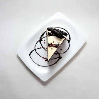 Inquadratura dall'alto di un pezzo di cheesecake cremoso con biscotti al cioccolato