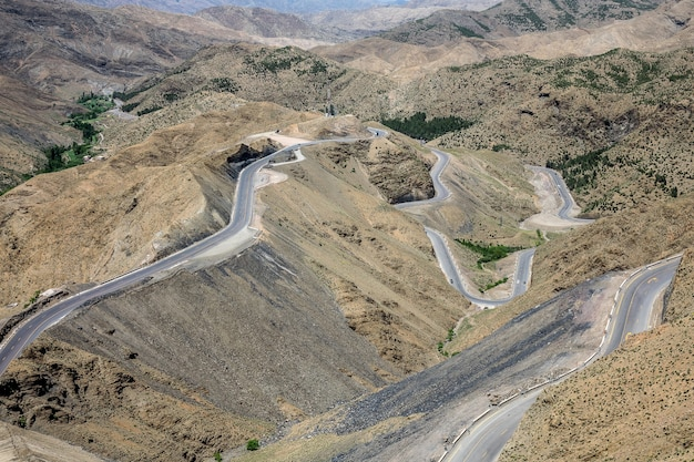 Colpo alto angolo di autostrade tortuose in una zona con colline vuote