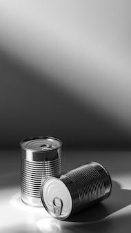 Barattoli di latta rotondi alti argento ad alto angolo con copia-spazio