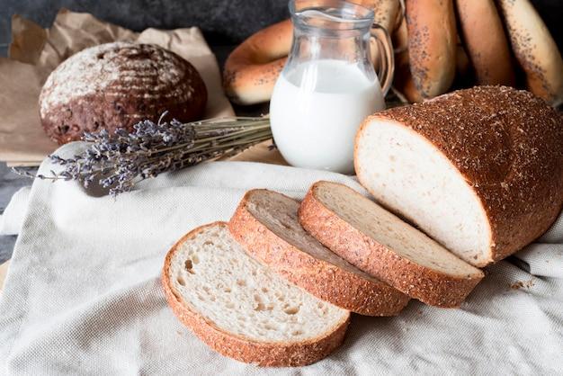 Pane a fette di alto angolo con latte