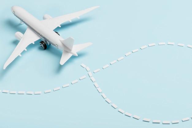 青色の背景に高角度の小さな飛行機