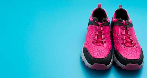 Alto angolo di scarpe da ginnastica con spazio di copia