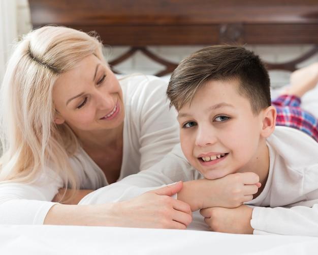 Высокий угол сына и матери в постели