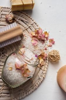 Strumenti e prodotti per la pulizia della spa ad alto angolo
