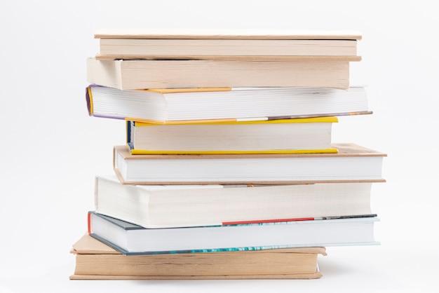 Высокий угол стопка книг