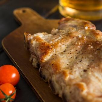 Alto angolo di bistecca con birra