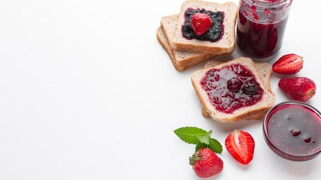 Marmellata di fragole dell'angolo alto su pane
