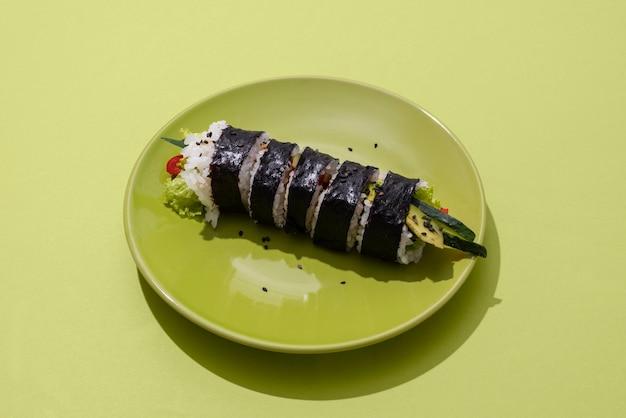 녹색 접시에 높은 각도 초밥