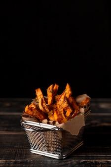 Patatine fritte di patate dolci ad alto angolo con copia-spazio