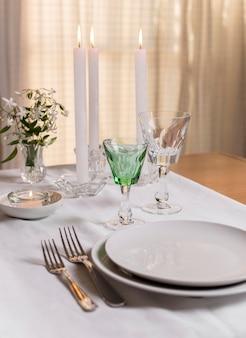 Disposizione del tavolo ad alto angolo con candele