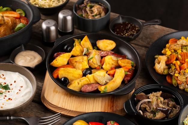 Tavolo ad alto angolo pieno di deliziose disposizioni di cibo