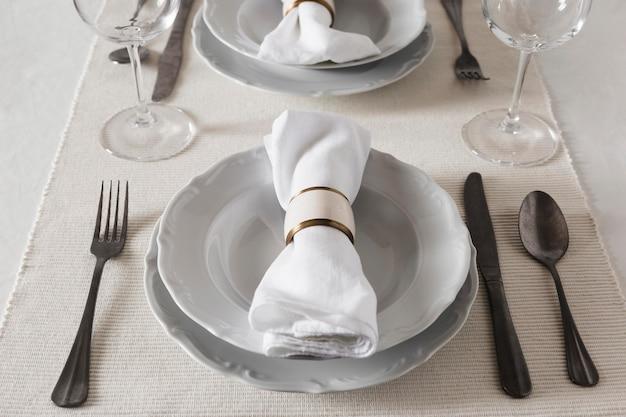 Alto angolo di tavola per hanukkah con piatti e posate